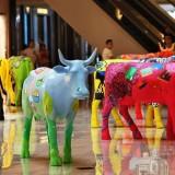 商场玻璃钢彩绘牛美陈雕塑