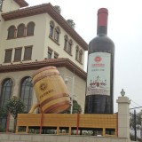 大型玻璃钢红酒瓶雕塑