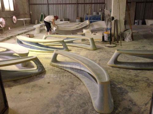 安徽购物广场玻璃钢月亮造型休闲椅工厂生产图