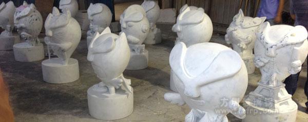 卡通公仔雕塑工厂组装打磨图