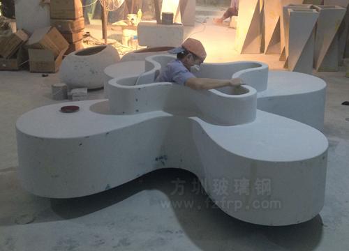 玻璃钢四叶休闲椅工厂打磨图