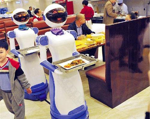 """玻璃钢送餐机器人雕塑""""干活""""状态"""