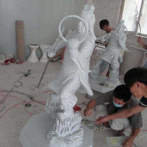 玻璃钢哪吒雕塑工人彩绘图