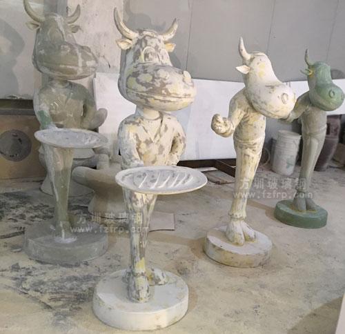 卡通送餐牛玻璃钢雕塑打磨修补图