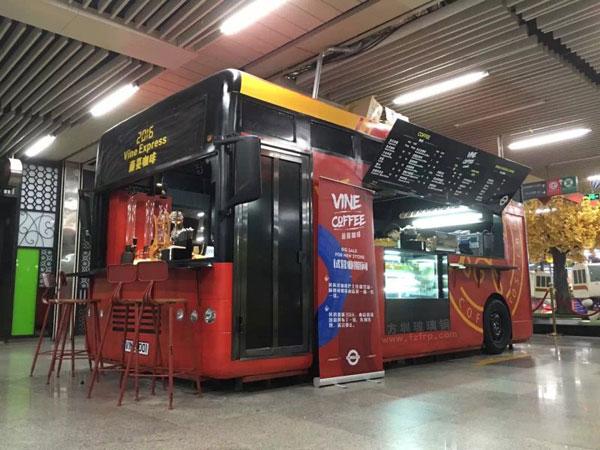 玻璃钢巴士售卖车车模地铁现场图
