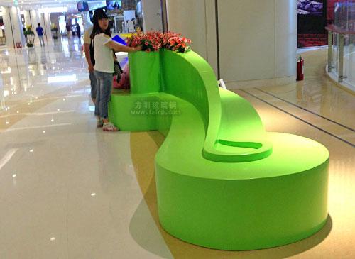广东阳江商场时尚创意玻璃钢休息坐凳摆放图