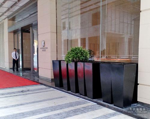 深圳罗湖大厦玻璃钢户外花盆摆放图