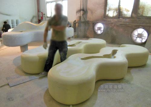 深圳商场创意玻璃钢座椅方圳工厂打磨图