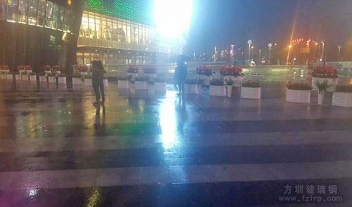 腰型创意玻璃钢花盆长沙梅溪新天地定制户外摆放夜景图