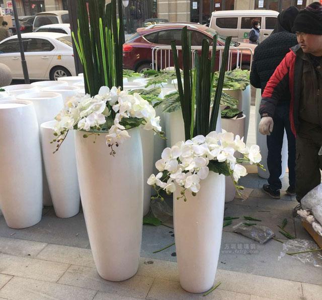 银川新华联购物中心玻璃钢花瓶现场卸货图