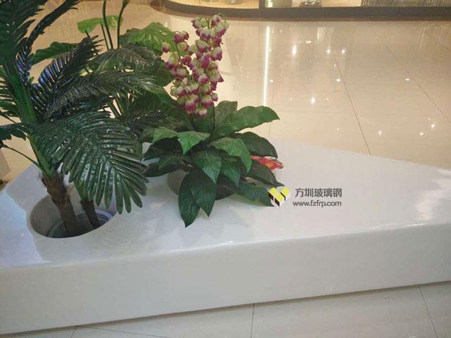 西安华南城商场三角形玻璃钢座凳自带花盆现场摆放图