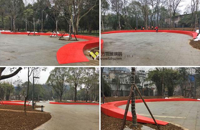 150米弧形玻璃钢休闲椅贵阳花溪公园现场摆放图