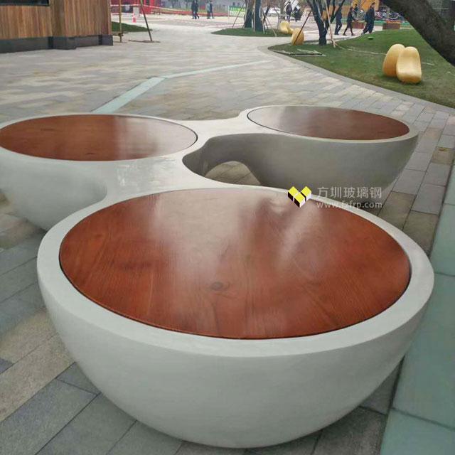 陕西西安商业街定制三人位玻璃钢纹木纹圆形休闲椅现场摆放图