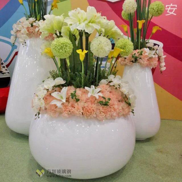 玻璃钢花盆搭配休闲椅是成都购物中心风景线