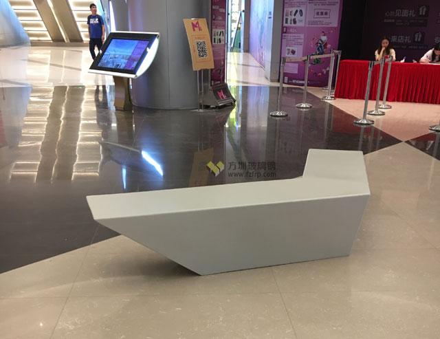 武汉M+购物中心玻璃钢组合休闲座椅现场摆放图