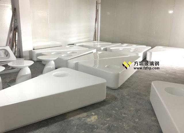 西安华南城商场三角形玻璃钢座凳自带花盆工厂生产图