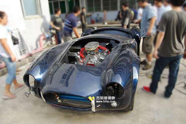 方圳玻璃钢跑车外壳打磨抛光后发动机及配件安装图