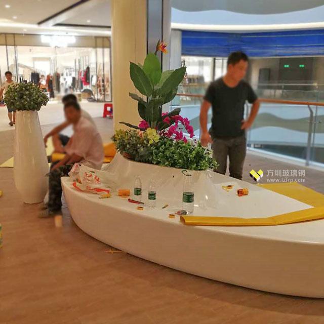 湖南长沙商业广场创意美陈玻璃钢花盆休闲椅现场摆放图