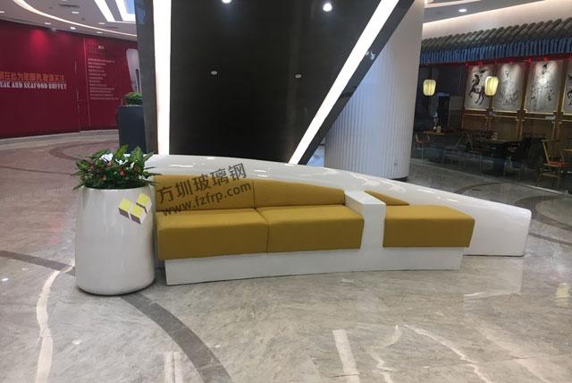 湖南岳阳步步高商场玻璃钢休闲椅花器现场图