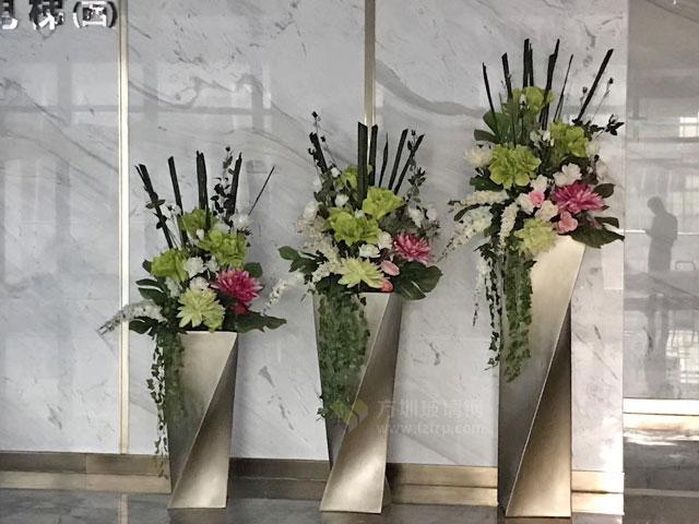 深圳龙岗天安云谷玻璃钢螺旋扭曲花瓶创意组合现场摆放图