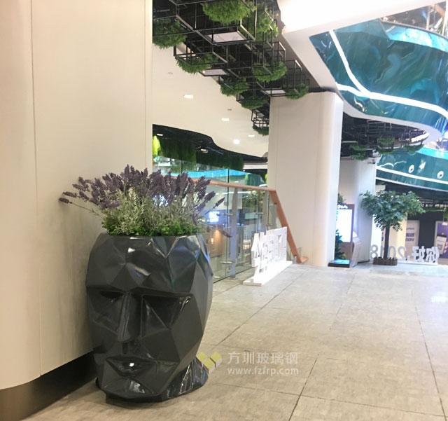 湖南商场玻璃钢人头造型花盆现场摆放图