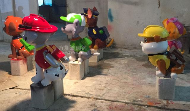 汪汪卡通狗玻璃钢雕塑工厂上色图
