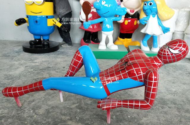 玻璃钢攀爬人物雕塑在大型游乐场高空守护你