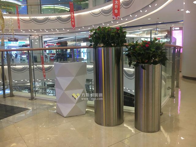 玻璃钢创意垃圾桶与花盆成上海商场黄金搭档