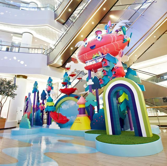 商场中庭美陈玻璃钢雕塑色彩与艺术的结合