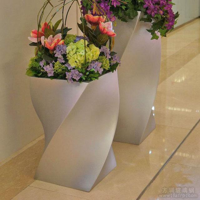 商场螺旋状玻璃钢美陈花盆摆放图