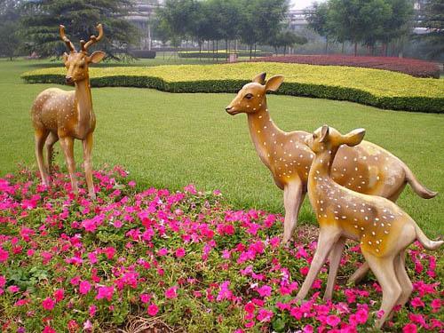 旅游景点的动物雕塑也需要得到大家的爱护